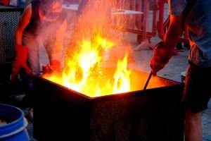 Traient del foc de les serradures de la cuita rakú dins l'Argillà 2021 a Argentona