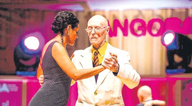 A 99 anni balla ai Mondiali di Tango fonte https://www.belfasttelegraph.co.uk/news/irishman-james-99-is-giving-it-a-real-twirl-at-tango-world-cup-38408134.html