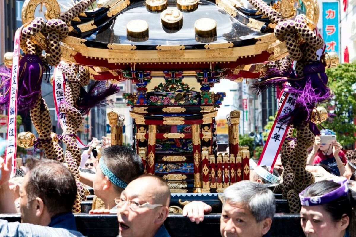Sanja Matsuri in Asakusa - Tokyo: Träger mit Mikoshi