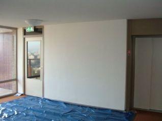 Nu nog lege muur in zorgcentrum te Rotterdam