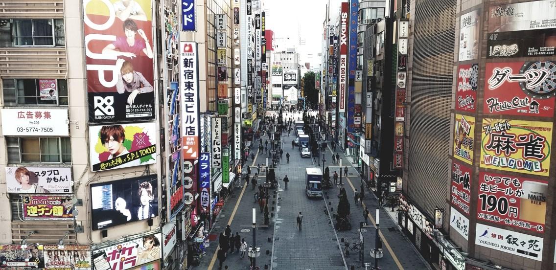 Vue sur Godzilla Street depuis le hall du cinéma