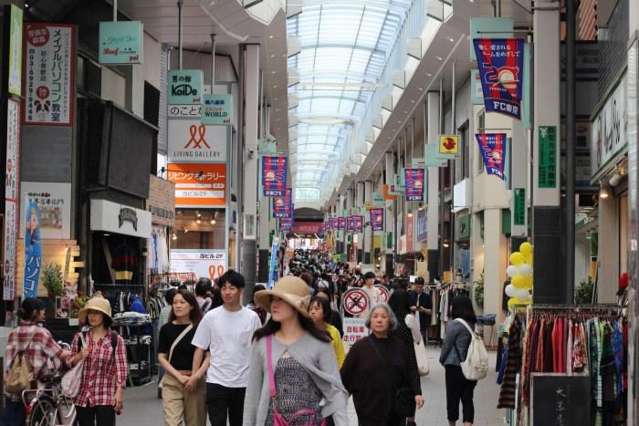 Koenji - Boutiques de fringues d'occasion et yakitori sous les rails