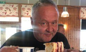 Yllätetty päivänsankari sai kakkua – Jussi Lammelan 60-vuotissynttärikeikka käynnissä