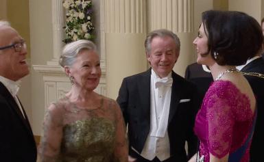 Kaiken takana on nainen: Matti ja Teppo juhlivat iloisina vaimojensa kanssa Linnassa