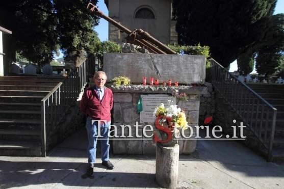 Il signor Antonio Penna davanti il monumento