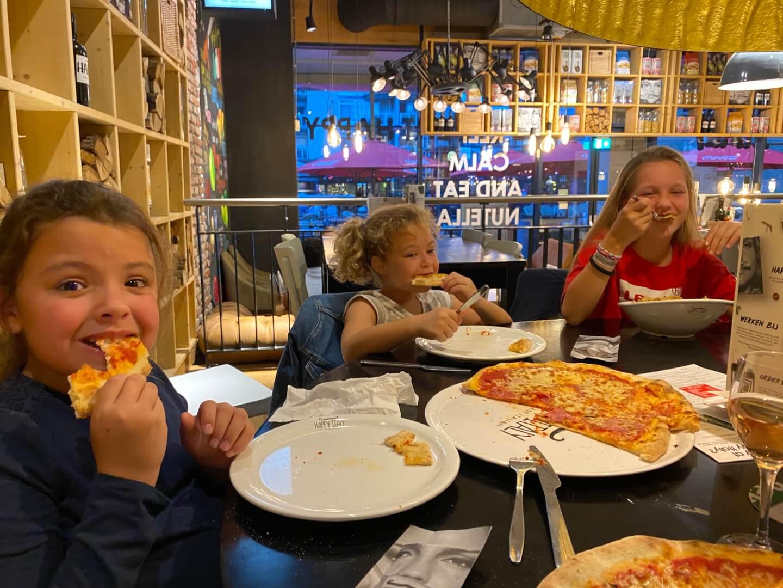De vakantie is nu echt voorbij pizza eten