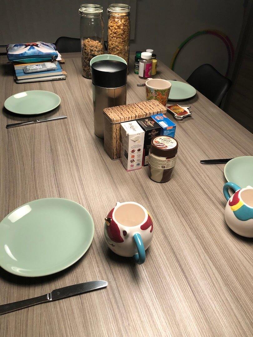 Weer naar school en aan het werk ontbijttafel