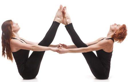 doble-navasana-yoga-en-pareja