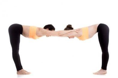 Uttanasana-yoga-en-pareja