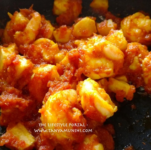 Mix the prawns, potato and the spice well