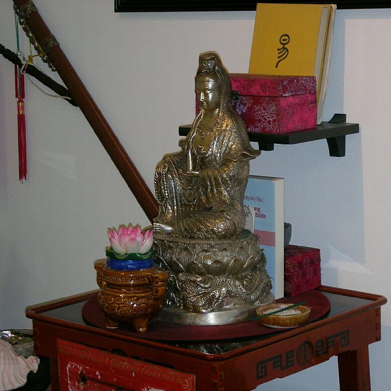 Kuan Yin (Guan Yin), Figur der chinesischen Mondgöttin. Unser Text zum Tao