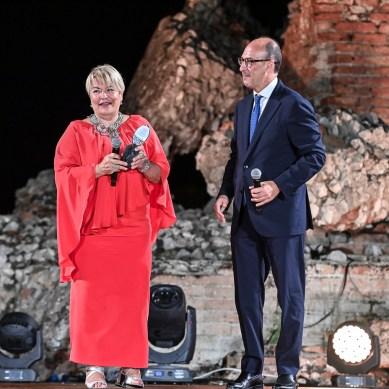 Daniela Fedi (premiata dal dirigente regionale Carmelo Frittitta)
