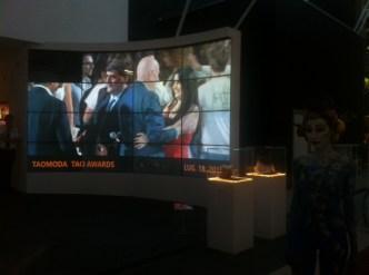 Sul video wall l'abbraccio a TaoModa 2014 tra Agata Patrizia Saccone e il Presidente di CNMI Mario Boselli