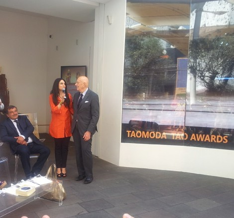 Agata Patrizia Saccone con il cav.Mario Boselli (seduto l'imprenditore Filippo Miracula della San Lorenzo Group) - Foto ANSA