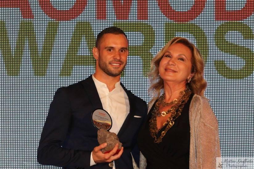 Salvatore Piccione premiato da Rosanna Lambertucci