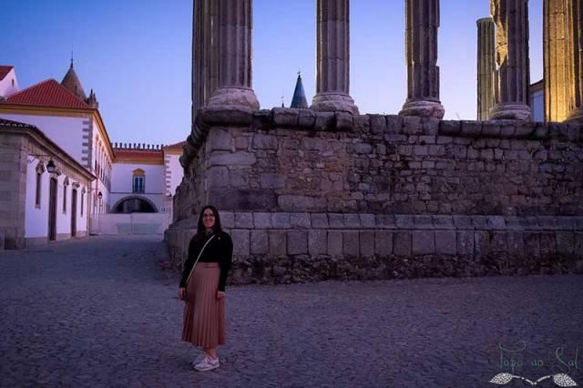 Guardo o registo fotográfico ao lado do Templo Romano de Évora