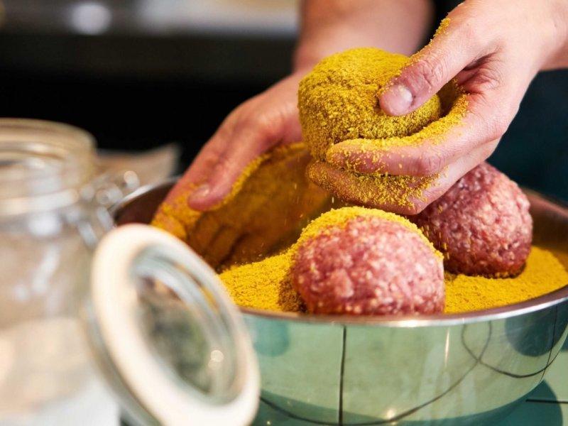 Así se preparan las auténticas albóndigas con stoemp de mostaza y endivia del chef Wim Ballieu