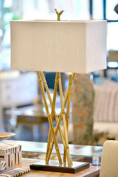 Sơn màu vàng đồng khiến cho chiếc đèn làm từ cây trúc có sự sang trọng.