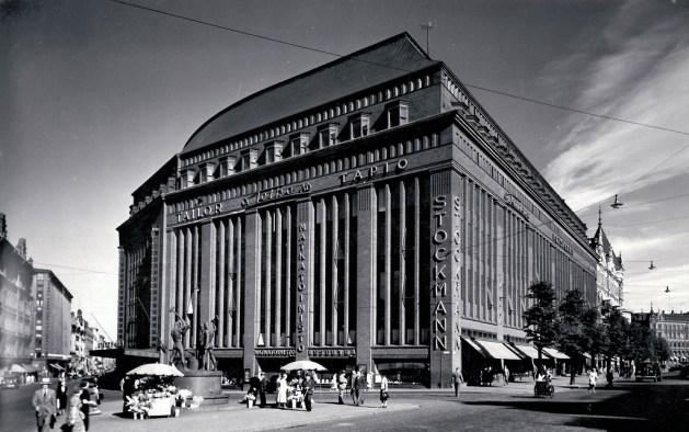 Stockmannin tavaratalo on Helsingin kaupunkikuvan näkyvimpiä elementtejä ja arkkitehtoninen nähtävyys. Kuva on vuodelta 1938. Public domain -kuva/ Wikipedia Commons License.
