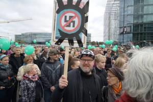 Peli poikki -mielenosoitus Helsingissä 24.9. Tässä Tiedonantaja-lehden kannesta väsättyä kylttiä kantaa PAND-taiteilijat rauhan puolesta ry:n edellinen puheenjohtaja JP Väisänen, joka nykyisin on Suomen Kommunistisen puolueen (SKP) puheenjohtaja.