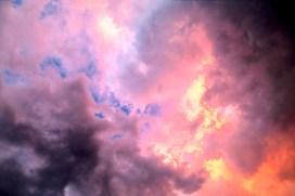 Farbkonstellation von blau über rot zu lila, fast wie eine große Flamme