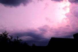 """Lila Wolkenhimmel mit der """"Skyline"""" unserer Nachbarschaft"""