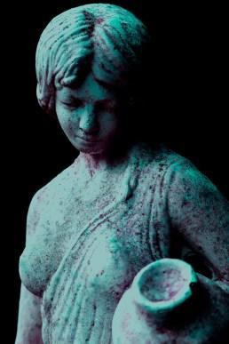 Frontalaufnahme der Venusstatue mit zweifarbiger Einstellung von magenta und türkis (passend zum Design der Website). Verstärkte Schattierung zur Dramatisierung.