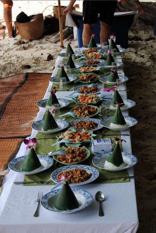 I Thailand får alla skolbarn varje morgon klockan 08.00 ställa sig på led  och prisa De Tre Stora  Nationen 15a983cc78f36