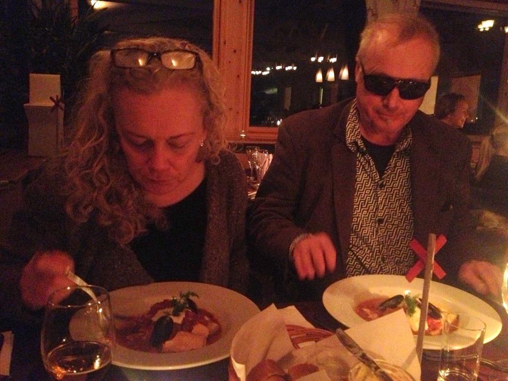 H och Jullan anländer lagom till middagen  Rökt älginnanlår med kantareller  och bouillabaisse. 3375f2c4fc385