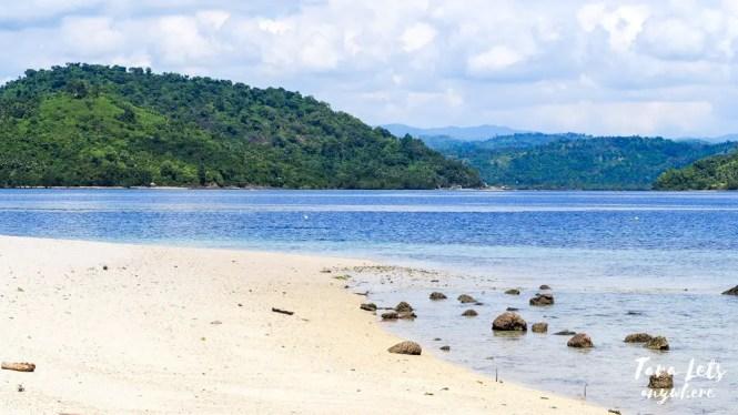White-sand beach in Bisaya-Bisaya Island, Once Islas