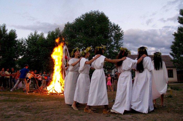 Fete imbracate in Sanziene danseaza in jurul focului aprins in Noaptea de Sanziene, in comuna Zizin, judetul Braov, duminica, 24 iunie 2007.     Sarbatoarea de Sanziene (tinuta pe 24 iunie, de ziua nasterii lui Ioan Botezatorul) e legata de cultul recoltei, al vegetatiei si al fecunditatii, si pastreaza in ea un amestec fascinant de crestinism, paganism si vrajitorie. CATALINA CONSTANTIN / MEDIAFAX FOTO