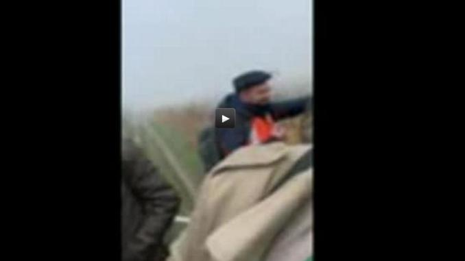 Le train tombe en panne, un agriculteur évacue les voyageurs en tracteur