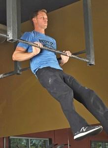 Geoff Britten zeigt seine wahnsinnige Kraft mit einem ultra-niedrigen Chest-Bump Pull-Up. Nicht überraschend wurde Geoff der erste Gewinner des amerikanischen Ninja- Warrior Wettkampf! (Foto: Eric Hörst)