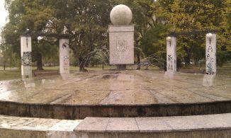 Zdewastowana fontanna w Parku Wiecha /fot. targowek.to