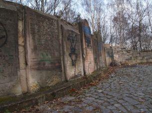 Zdewastowane lapidarium w centralnym punkcie kirkutu / fot. targowek.info