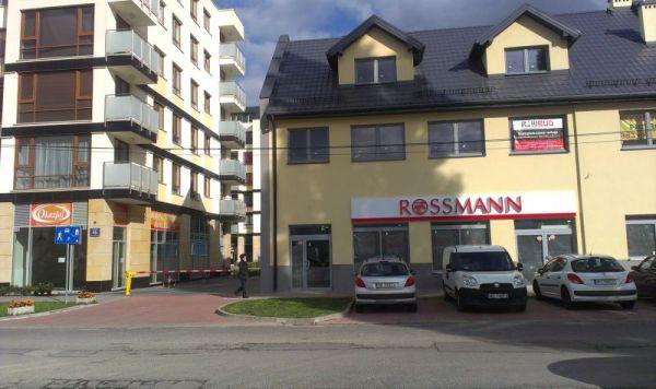 Sklep Rossmanna powstanie w nowym budynku przy Dalanowskiej. W mieszkalnym budynku po lewej stronie na parterze do wynajęcia jest duży lokal po sklepie z ubraniami / fot. targowek.info