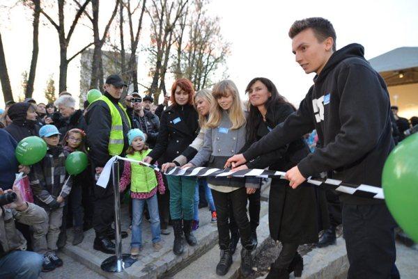 Rodzina Grzegorza Ciechowskiego przecina wstęgę na skwerze G.C. / fot. targowek.info