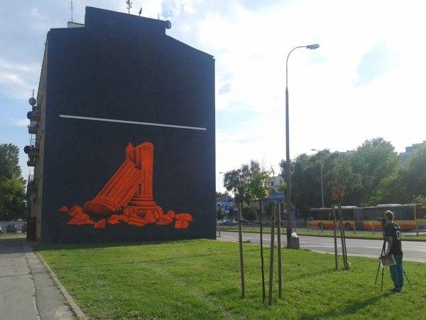 Nowy mural na Radzymińskiej. Członek grupy Cyrcle (z prawej) robi jeszcze pamiątkowe zdjęcia.