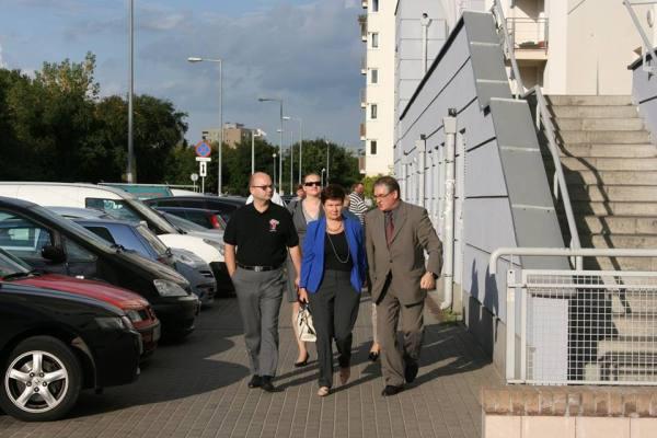 Hanna Gronkiewicz-Waltz i burmistrz Grzegorz Zawistowski przed blokiem na Bródnie / fot. Urząd Dzielnicy Targówek