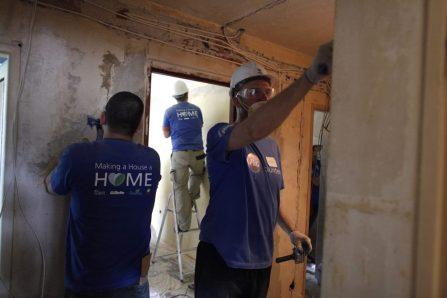 Pracownicy Procter & Gamble remontują mieszkanie przy Żuromińskiej / fot. mat. prasowe