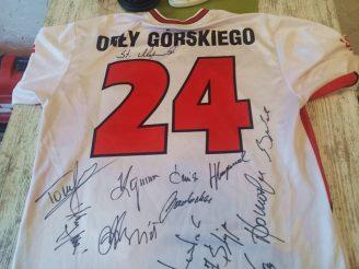 Koszulka z podpisami słynnych piłkarzy - i samego Kazimierza Górskiego