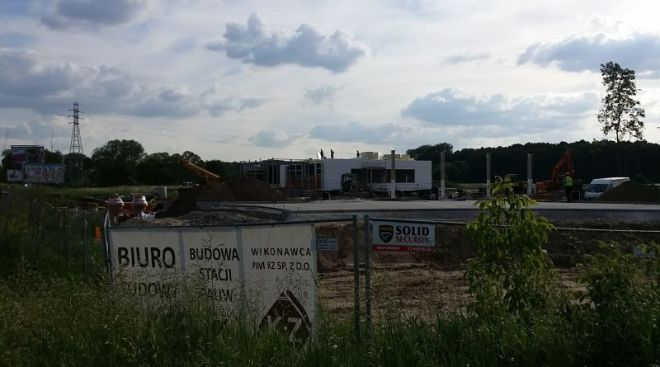 Budowa stacji BP / oba zdjęcia targowek.info