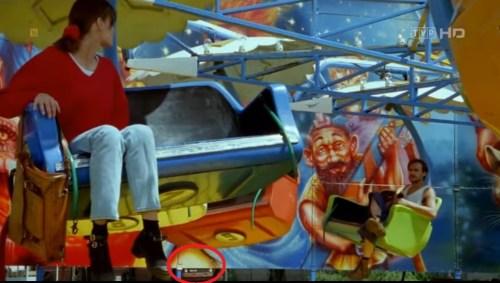 """Poseł (przyszły) Paweł Kukiz z gitarą w scenie filmu """"Girl guide"""""""