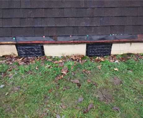 Do closed crawl space vents provide moisture control during winter?