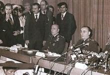 Darbe. Ordu yönetime el koydu. Parlamento feshedildi, siyasi faaliyetler durduruldu, tüm yurtta sıkıyönetim ve sokağa çıkma yasağı ilan edildi. tarihte bugün