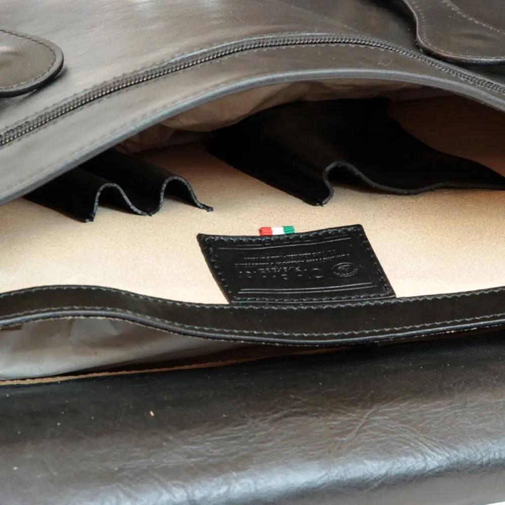 Nahansicht schwarzer Leder-Ordner mit Schnallen