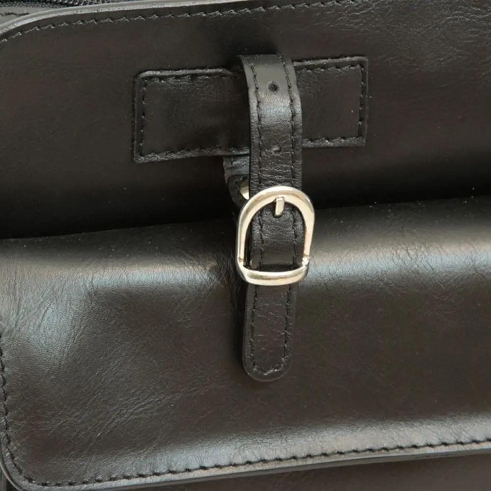 Schwarze Aktentasche mit Lederschnallen nah