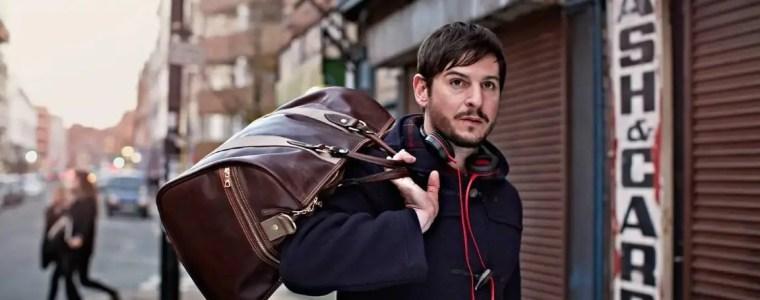 Weekender Reisetasche auf der Schulter eines Mannes