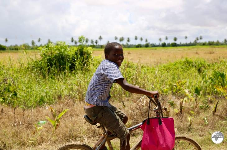 A young cyclist racing our taxi on Wakenaam Island.