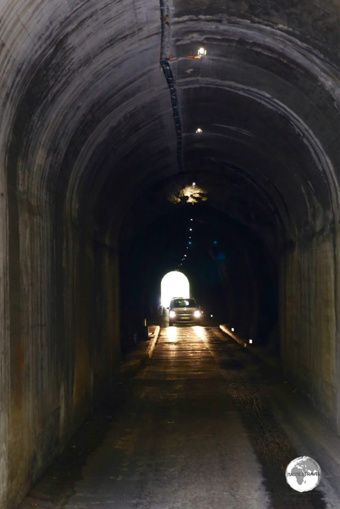 A one-lane tunnel on the (two-way) road to Cilaos.